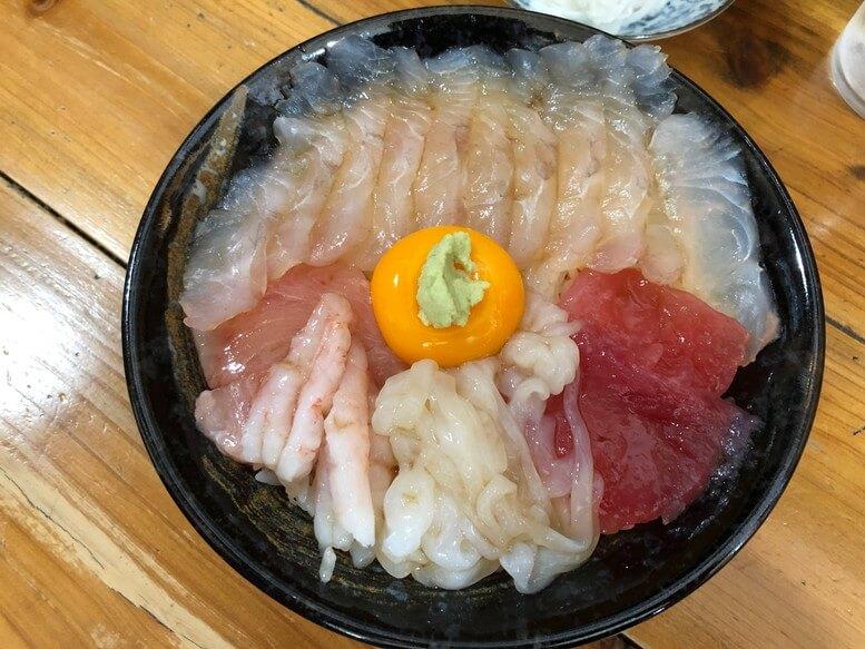 青森県八戸市の飲食店 みなと食堂のTHE漬丼・ヤリイカ 甘海老 マグロ